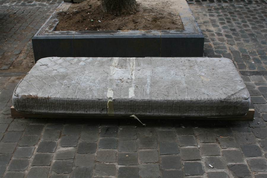 cement_mattress_isaac_cordal