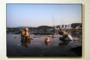 resized_Isaac_Cordal___Picture_5___Unique_signed_copy___Top_quality_digital_print_on_canvas_mounted_on_black_aluminium_frame___60_x_42_cm___2012