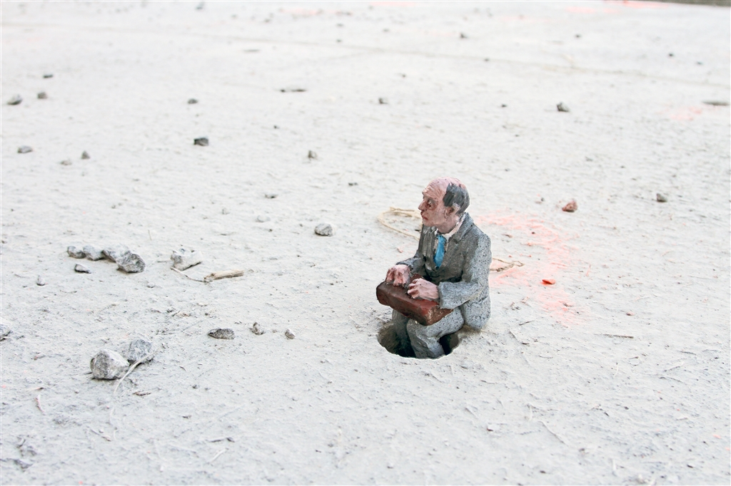 Urban_Inertia_show_When_the_stones_talk_Isaac_Cordal_IMG_1197
